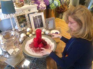 Elena decorando un maravilloso centro